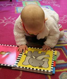 barn som läser pekbok