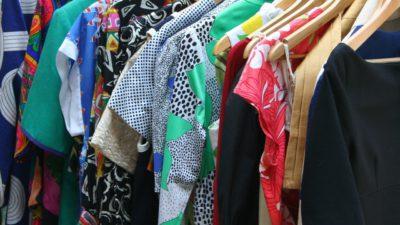 Kläder med olika mönster och färger