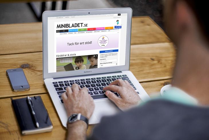 En man som tittar på MiniBladets hemsida