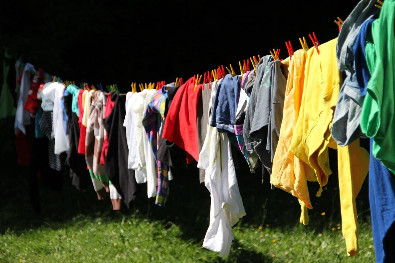 Kläder på en tvättlina