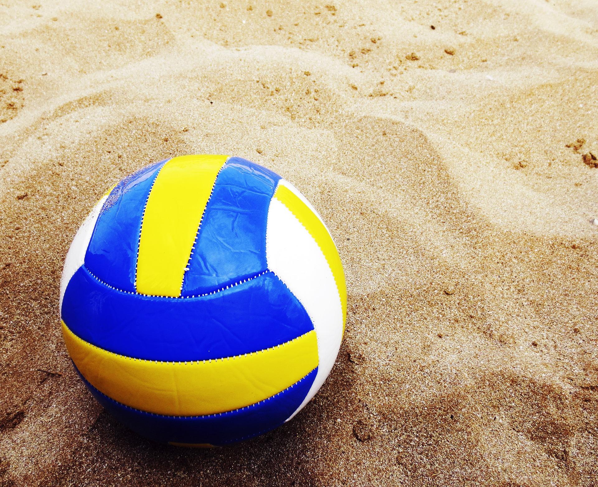 Beachvolleyboll ligger på sand.