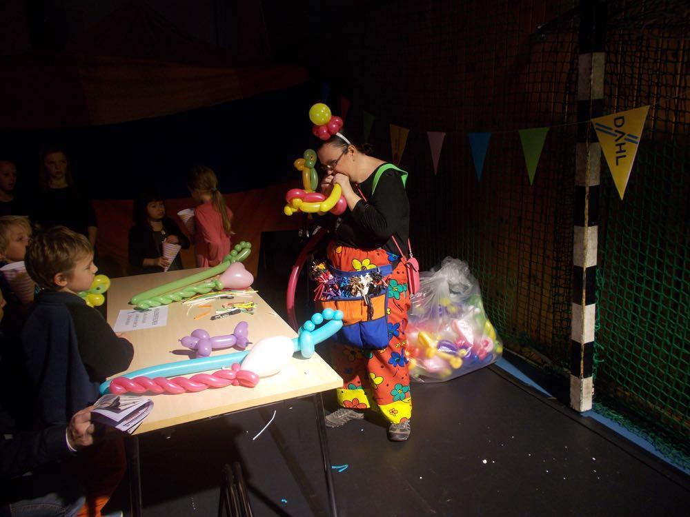 Och clowner gjorde ballonger i alla möjliga former.