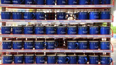 Många blåa koppar med namn på.