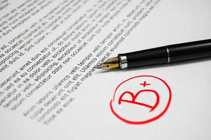 Betyget B+ markerat på en uppsats.