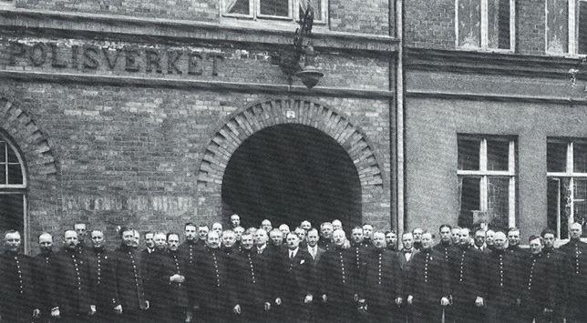 Poliskåren uppradad utanför polishuset. Här höll Malmöpolisen till mellan 1912 och 1934.