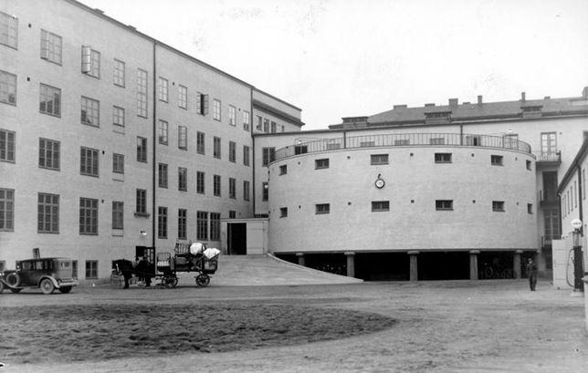 Nya polishusets gård vid Davidshallstorg med häst och vagn, och en ensam polisbil i vänsterkanten.  BILD: SYDSVENSKANS BILDARKIV
