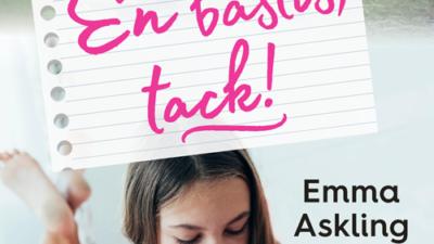 Bokens omslag. Titeln står i rosa, snirkliga bokstäver och under är en bild på en tjej som ligger på mage och läser.