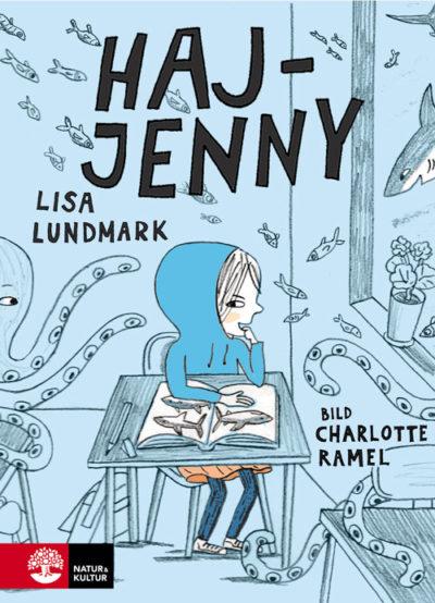 Haj-Jenny sitter vid en skolbänk.