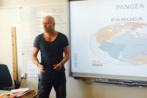 Micael Hermansson i klassrummet