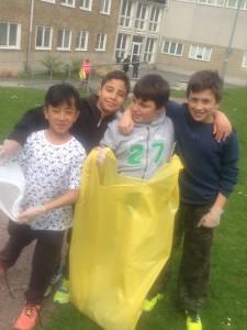 Brian Bui, Rami Ismail, Mehmet Culum och Taha Fakhro på Sofielundsskolan i Malmö är beredda att ge sig ut på skräpjakt. FOTO: Sonia Ghadirian