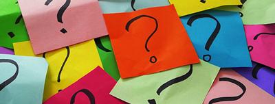 Färgglada postit-lappar med frågetecken.