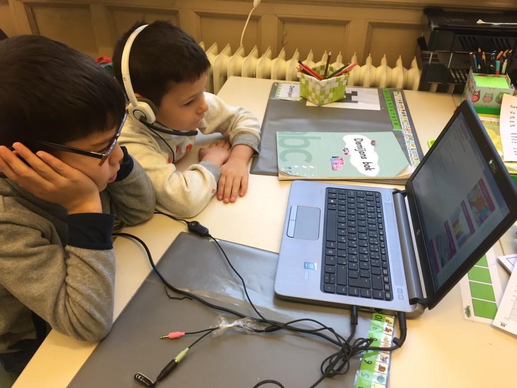 Yusef och Demian lyssnar på MiniBladet