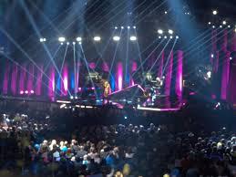 En stor scen med ljus och publik