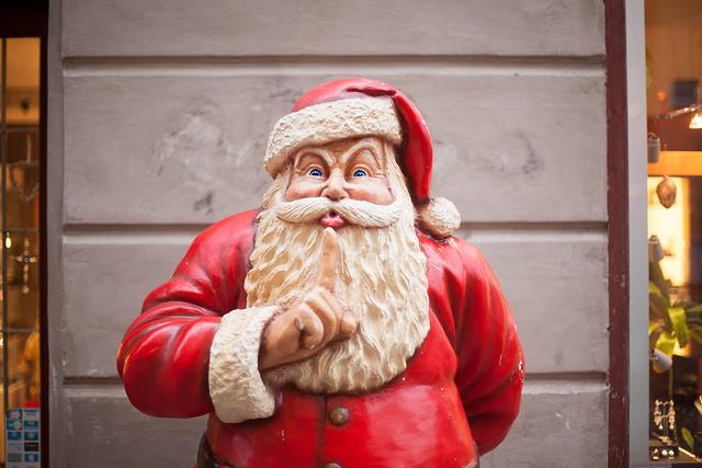 På julafton kommer tomten med presenter. Foto: Trausti Evans