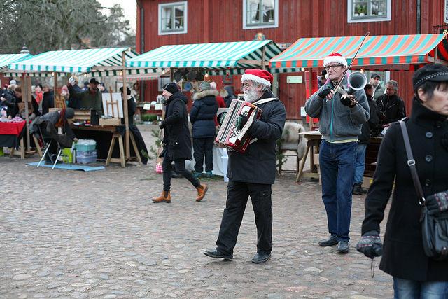 Gatumusikanter på en julmarknad. Foto: Errol Tanriverdi