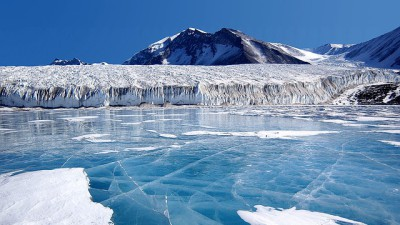 Stora isblock ute vid Arktis