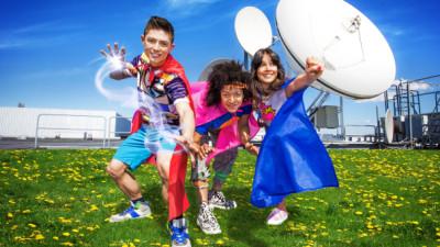 Alex, Angelika och Malin underhåller alla sommarlovslediga barn.