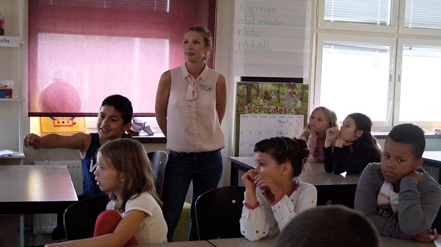 Läraren Sofia Röstlund och elever på Sofielundsskolan i Malmö.