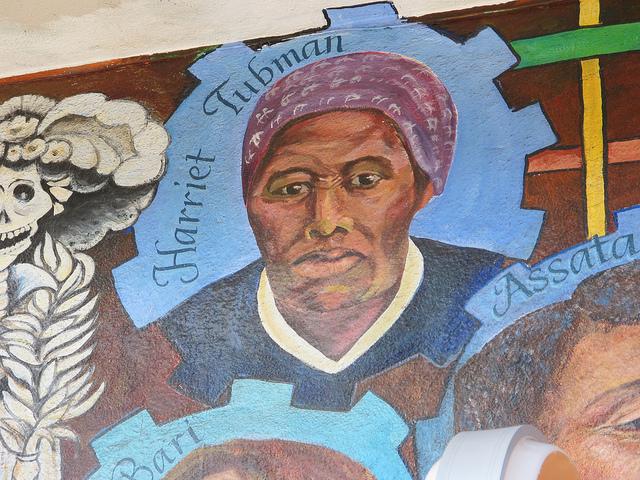 En gatumålning av frihetskämpen Harriet Tubman.
