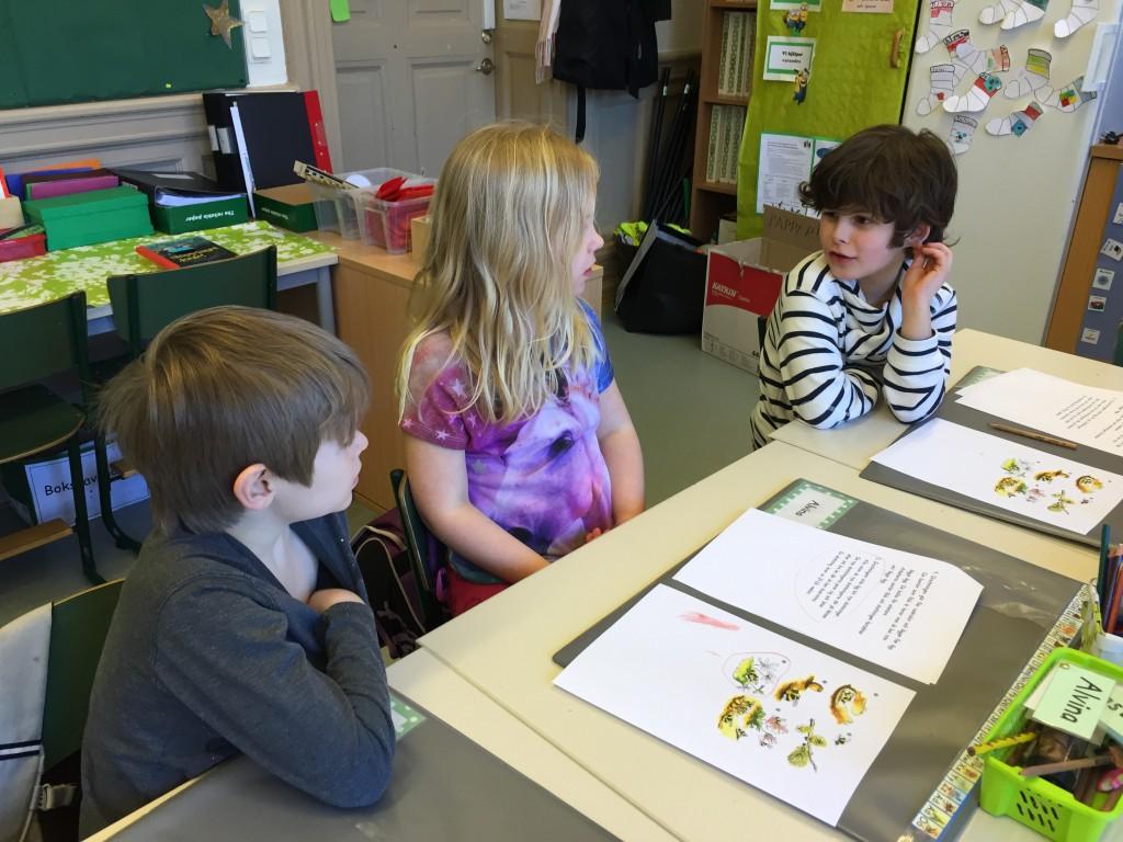 Abbe, Alvina och Ezias lär sig nya saker genom böckernas fantastiska värld.