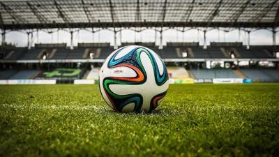 En fotboll som ligger i mitten av en arena.