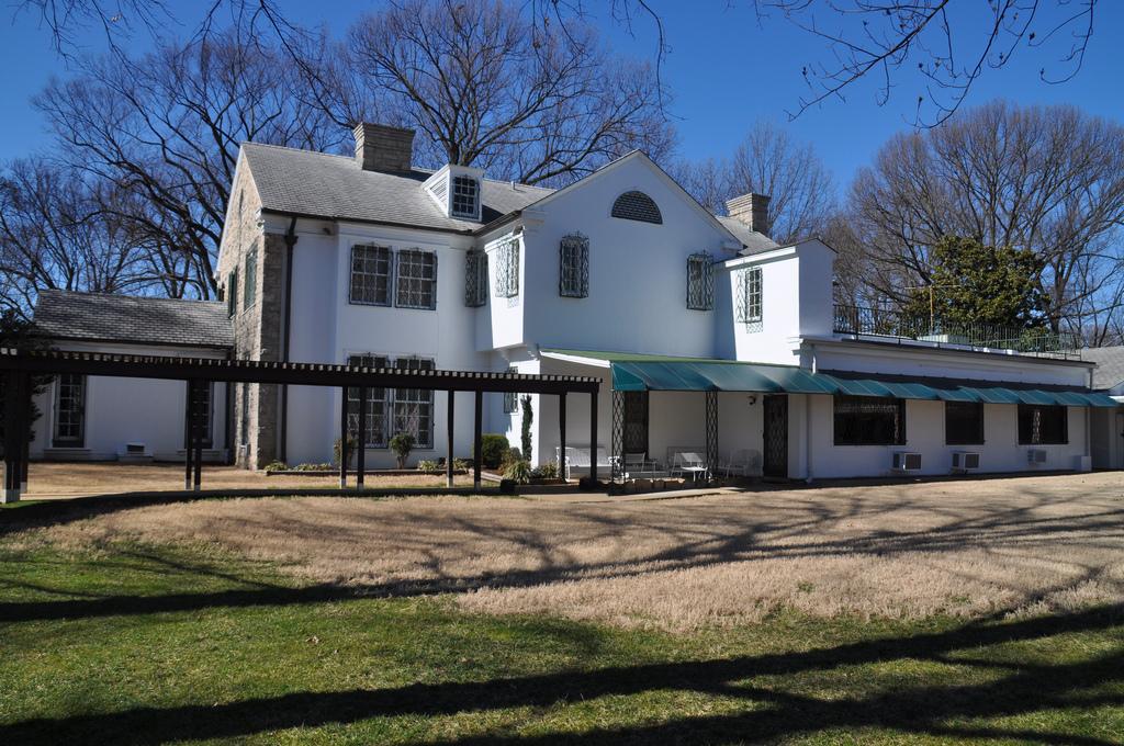 Elvis flyttade till ett hus som heter Graceland 1957. Han bodde där i 20 år. Idag kan vem som helst besöka huset i Memphis.