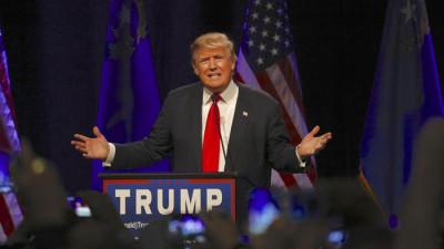 Trump står i en talarstol och gestikulerar.