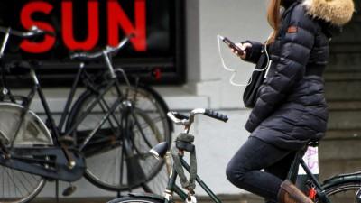 Att prata i mobilen när man cyklar kan vara distraherande. Stanna då hellre cykeln innan du svarar.