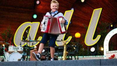 Albin gjorde succé i Allsång på Skansen. Foto: Niklas Lindman/SVT
