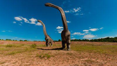Så här har man tidigare trott att dinosaurier såg ut. Men var de egentligen röda?