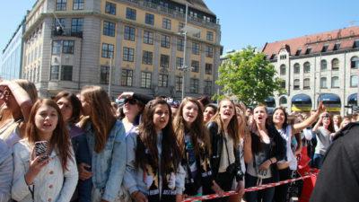 Justin Biebers fans kallar sig beliebers. På bilden är en grupp beliebers i Norge.