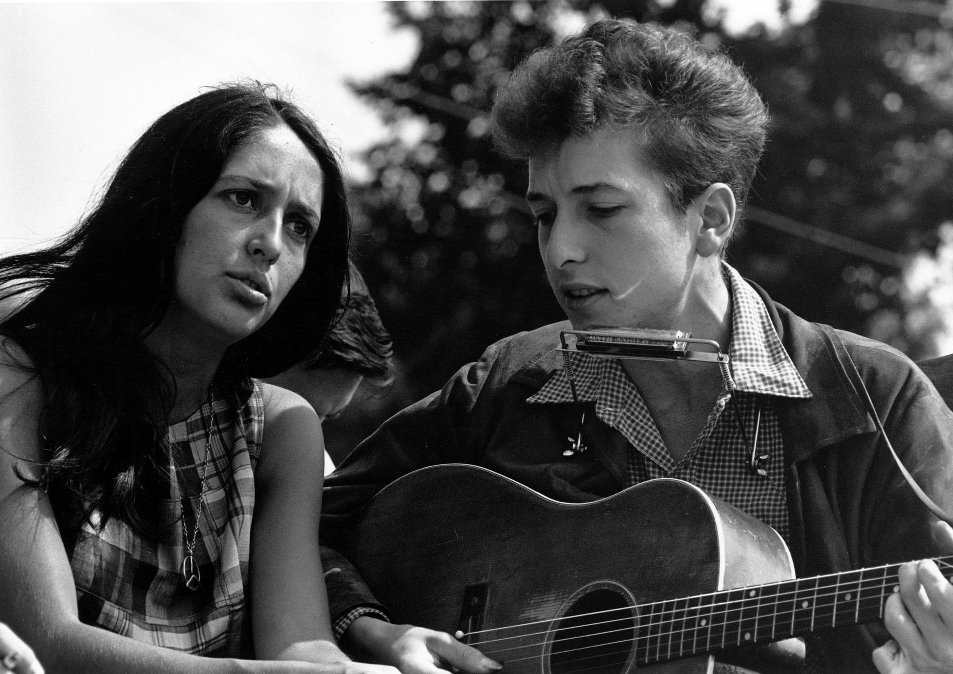 En tidig bild på Bob Dylan tillsammans med sångerskan Joan Baez.