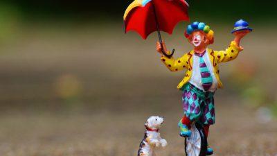 Några personer har klätt ut sig till clowner och skrämt andra.