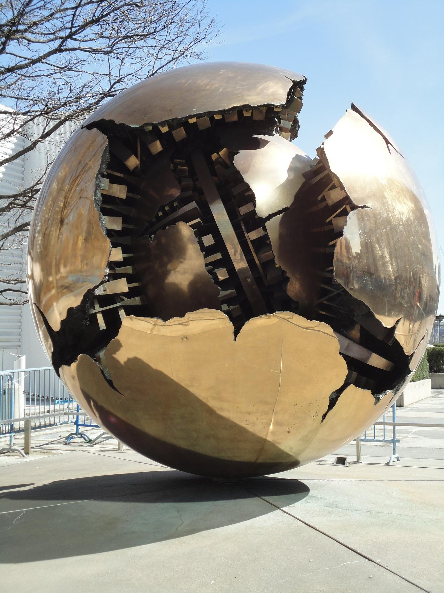 Det finns mycket konst inom FN. Bland annat det här monumentet utanför högkvarteret i New York.