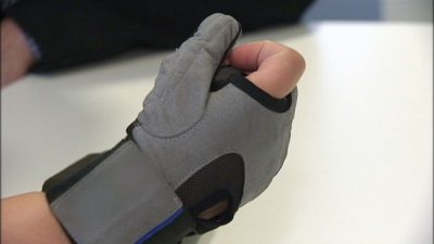 Nu finns en robothandske som kan hjälpa dem med svaga händer. Foto: SVT