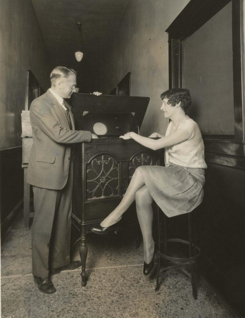 Vladimir Zworykin visar en av de första tv-apparaterna.