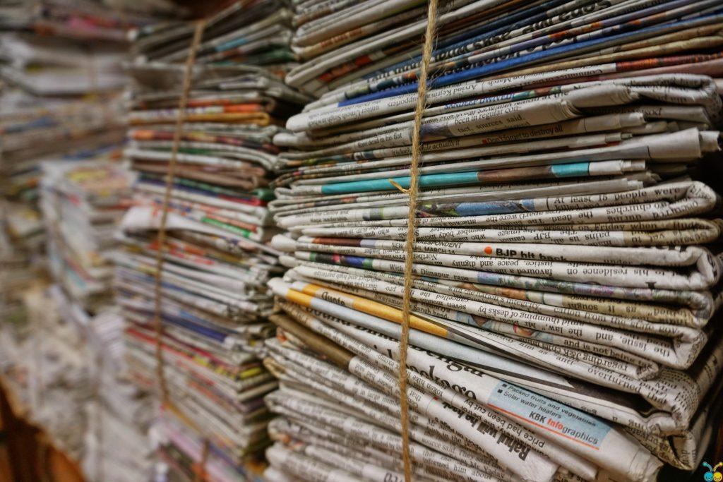 Flera högar med tidningar