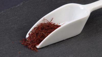 Saffranskrydda som ser ut som små röda pinnar.