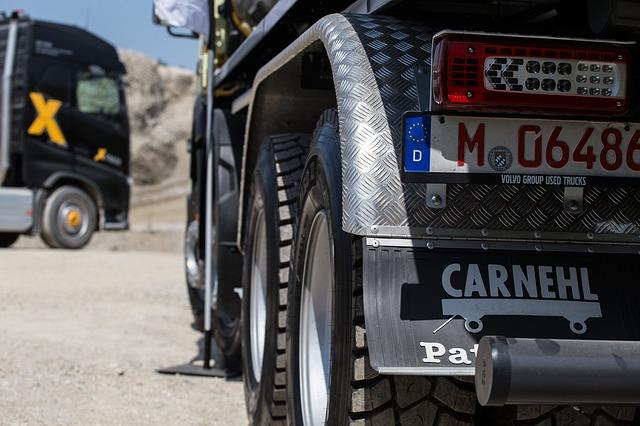 En lastbil bakifrån. Man esr registreringsskylten och lastbilens hjul.