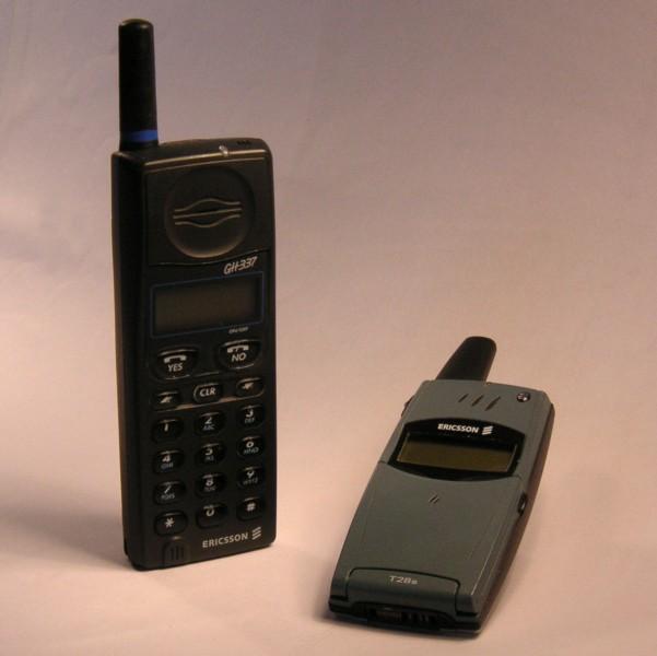 Bild: Två gamla mobiltelefoner. De har jättesmå skärmar och små antenner.