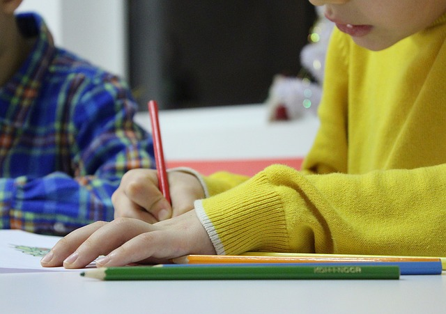 En elev som skriver i ett block.