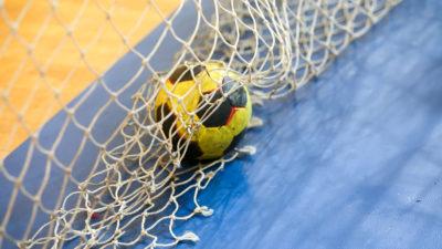 En handboll ligger på golvet i ett handbollsmål.