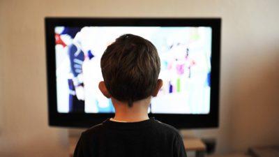 Ett barn som tittar på tv