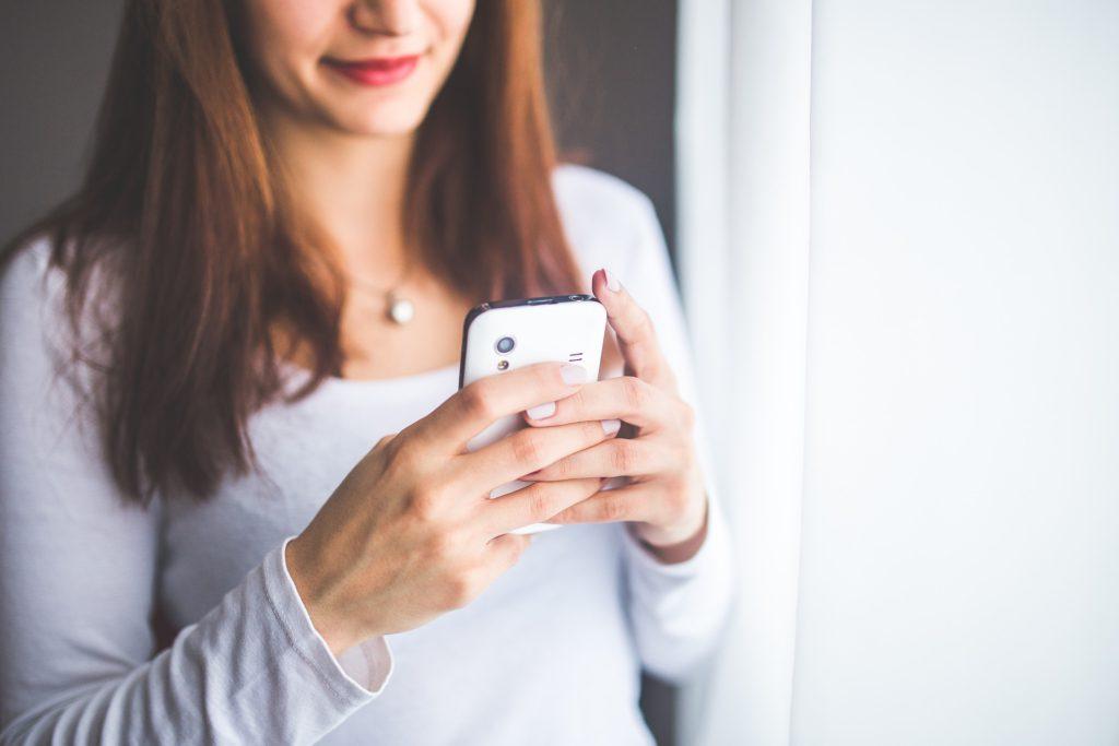 Kvinna med mobiltelefon