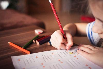 Ett barn som tecknar