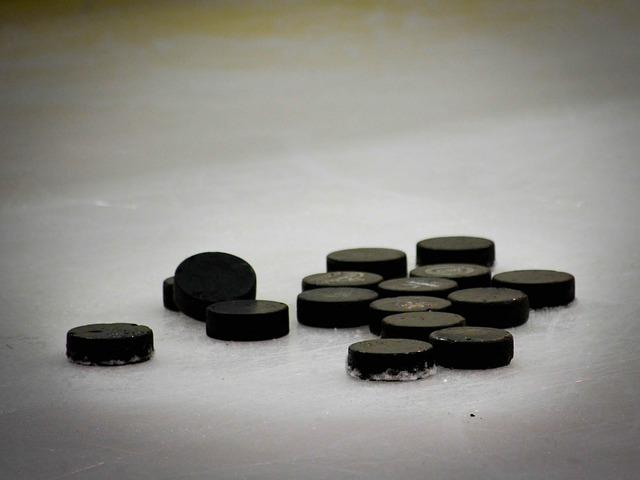 En hög med hockeypuckar en is.