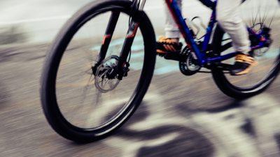 Någon cyklar snabbt på en mountainbike.