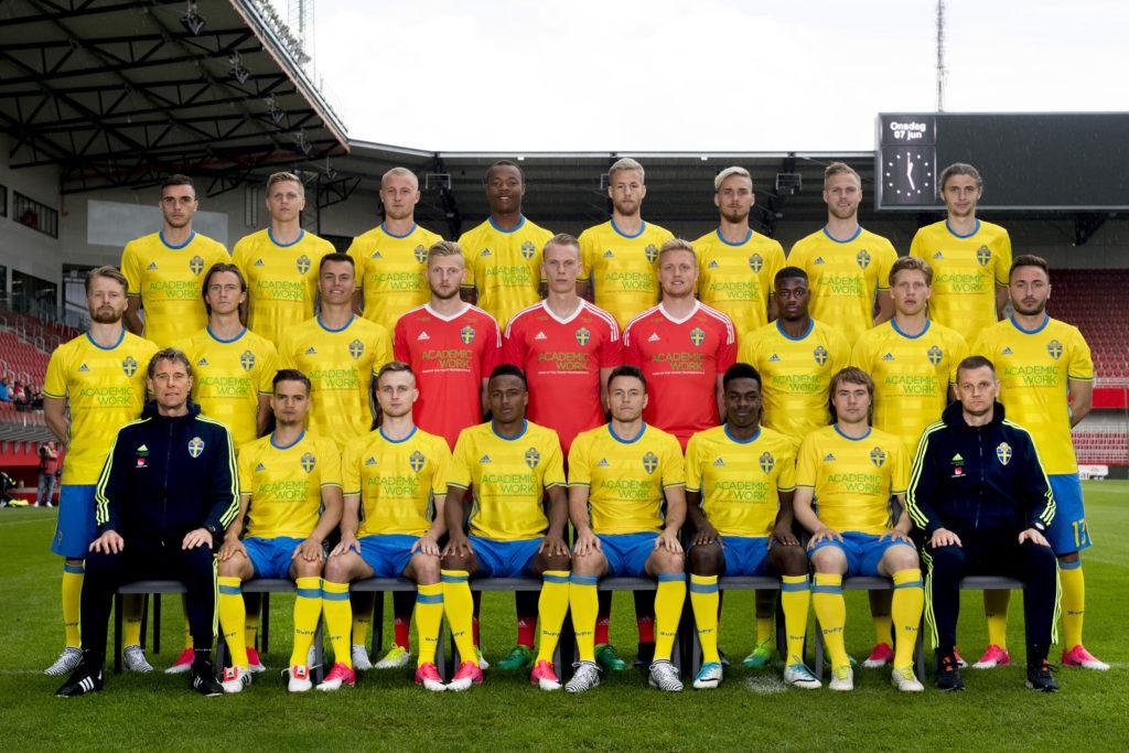 Hela laget i landslagets gula tröjor.