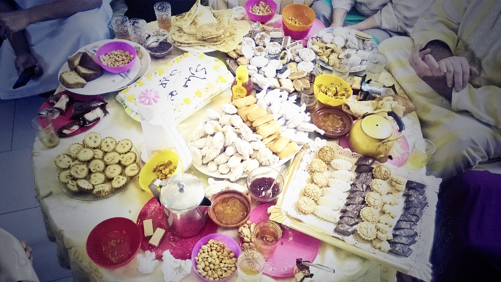 En bord uppdukat med alla möjliga olika sorters mat.