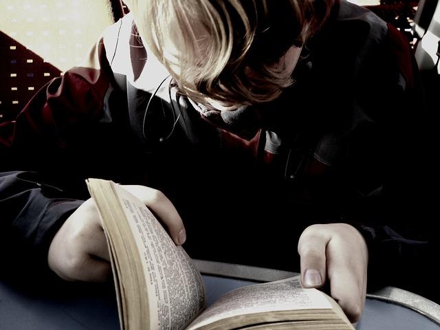 En person läser en bok.